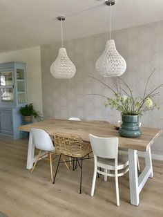 The best ways to combine your bucket seats Home Room Design, Dining Room Design, Home Living Room, Living Room Decor, Style Deco, Oak Dining Table, Dining Room Lighting, Furniture Design, Wall Decor