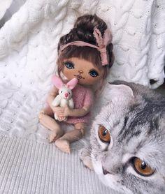 Ну вот вижу я Ее больше с чёлкой  мне нравится , а как вам больше она понравилась ? Без чёлки можно посмотреть в предыдущем посте  Кошка  тоже хочет фотографироваться  #интерьернаякукла #текстильнаякукла #кукларучнойработы #кукла #ручнаяработа #dolls #etsy #handmade #art #goodmorning #kykla #dollhouse