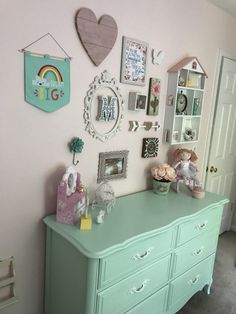 What a cute vintage/shabby chic gallery wall!