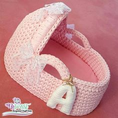 A perfect baby basket with ReTwisst T-shirt Yarn 😍😍 . #tapeyarn #trapillo #textilgarn #stofgarn #ribbon #xxlace #barbante #crochet #knitting #stricken #häkeln #hobby #creativity #happiness #crochetbabynest #crochetbabybasket #pousette #babybed #tshirtyarnbabybasket #трикотажнаяпряжа #тпряжа #letsretwisst #recycledcraftyarns