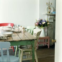 Some day I wanna find a really cool table like this one for my kitchen.
