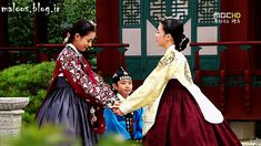 Queen Inhyeon and Lady Choi Sukbin with the little Prince Yeoning (Yi Geum). Dong Yi, Korean Traditional, Traditional Dresses, Lee So Yeon, Yi King, Cinderella Cosplay, Korea Dress, Culture Clothing, Han Hyo Joo