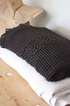 Image of Plaid ancien au crochet chocolat.