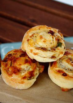 Birnen-Käse-Hefeschnecken zu finden unter:  Pear-Cheese-Rolls   http://babyrockmyday.com/birnen-kaese-hefeschnecken/