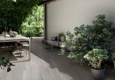 Clever transition between inside and outside using wood look porcelain tiles casa dolce casa Exterior Gris, Exterior Tiles, Interior And Exterior, Balcony Tiles, Balcony Flooring, Wood Effect Porcelain Tiles, Wood Look Tile, Garden Tiles, Garden Floor