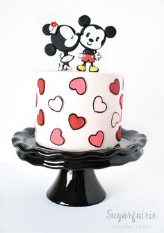 Mickey and Minnie Decorated Cake Mickey And Minnie Cake, Bolo Minnie, Mickey Cakes, Minnie Mouse Cake, Cake Decorating Techniques, Cake Decorating Tips, Cookie Decorating, Pretty Cakes, Cute Cakes