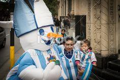 Córdoba, Argentina - 1 de julio de 2014, los hinchas argentinos celebran en el centro de la ciudad, después de que el partido contra Suiza, en 01 de julio 2014 en Córdoba, Argentina. Argentina ganó el partido 1-0.