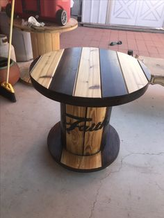 cable spool tables 30 DIY Upcycled Spool Project Ideas for Outdoor Furniture Diy Cable Spool Table, Wood Spool Tables, Drum Table, Spools For Tables, Cable Spool Ideas, Wooden Cable Reel, Wooden Cable Spools, Wire Spool, Pallet Furniture