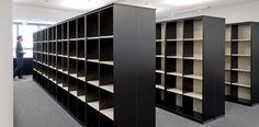 Offene Regalschränke als Bibliothek