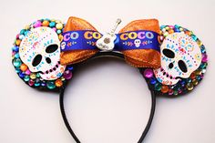 Señoras y señores Buenas tardes, buenas noches! Live it up in these Coco inspired ears full of life and sparkle with handpainted skulls and guitar. Disney Ears Headband, Diy Disney Ears, Disney Headbands, Disney Mickey Ears, Ear Headbands, Anna Disney, Disney Day, Disney Bound, Disney Magic