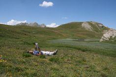 Moment de lecture de Pilar Bulot sur les bords du lac de la Favière, dans le Queyras, Hautes -Alpes, France, Encore mieux que toutes les bibliothèques du monde, non?