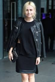 Street style in MBFW Australia. Love the Sweater detail. Possible DIY? Leather Skirt, Leather Jacket, Vogue Mexico, Home And Away, Simple Outfits, That Look, Street Style, Formal, Casual