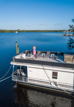 Looking for houseboat rentals in Florida? Check out this cool houseboat rental we found on VRBO on the Treasure Coast of Florida. If you like unique vacation rentals, when you visit Florida consider this! #houseboats #Florida #vacations #vactionrentals