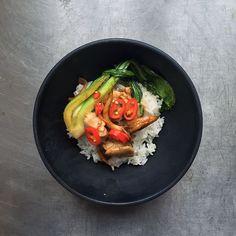 Lynstegt kylling med østershatte, sprød kål og ris