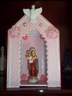 https://flic.kr/p/afDGRX | Oratório | Oratório forrado com papel de scrap e decorado com flores de crochet, de sianinha e de fita e cordão São Francisco. Inspirado nos oratórios da minha amiga Regiane (Regiane arteira).