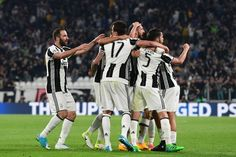 Juventus' defender from Italy Giorgio Chiellini (C) celebrates with teammates after scoring during the UEFA Champions League quarter final first leg football match Juventus vs Barcelona, on April 11, 2017 at the Juventus stadium in Turin. / AFP PHOTO / Miguel MEDINA