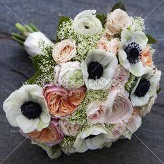 matrimonio bouquet di rose rosa e anemone bianco e rosa ranuncolo sdraiato sul pavimento di legno — Immagine Stock #46201659