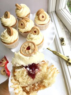 Vanilla sponge cupcakes with frosting and strawberry jam filling - beautiful! #cupcakes #recipe #vanilla #strawberry