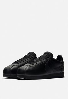 The Men's Nike Classic Cortez Leather Shoe blends a premium upper with lightweight cushioning for a fresh take on the historic running-inspired design made for every day comfort. Nike Cortez 72, Zapatillas Nike Cortez, Nike Shoes Maroon, White Nike Shoes, Nike Shoes Cheap, White Ballet Flats, Nike Classic Cortez Leather, Nike Shoes Huarache, Triple Black