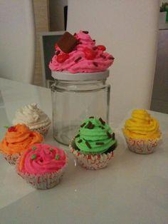 Bote de cocina decorado y cupcakes llaveros