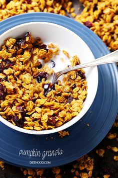 Pumpkin Granola - Crunchy and delicious pumpkin granola made with rolled oats, pumpkin puree, Fall spices, pumpkin seeds, and dried fruits. Pumpkin Seed Recipes, Apple Recipes, Sweet Recipes, Yummy Recipes, Pumpkin Granola, Hidden Vegetables, Pumpkin Breakfast, Healthy Pumpkin, Breakfast Recipes