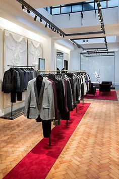 Inside McQueen's Savile Row Store ALEXANDER MCQUEEN has opened its first ever store on Savile Row. The highly-anticipated boutique reflects the iconic brand's renewed focus on menswear and on-going love of fine tailoring. Design Commercial, Alexander Mcqueen, Fashion Displays, Regal Design, Tailor Shop, Store Interiors, Retail Store Design, Savile Row, Retail Interior