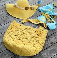 beach bag crochet pattern Get free beach tote crochet pattern in beautiful giant shell stitch design. Crochet with exotic straw raffia yarn, perfect for summer & beach activity. Crochet Beach Bags, Crochet Tote, Crochet Handbags, Crochet Purses, Free Crochet, Knit Crochet, Patron Crochet, Crochet Stitch, Bag Sewing