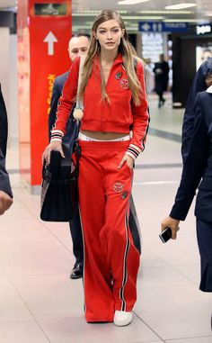 Farewell Milan from Every Outfit Gigi Hadid Wore During Fashion Month Spring 2017 Jetting out of Milan after a busy Milan Fashion Week run, the old bombshell heads to Paris to star in Paris Fashion Week. Red Fashion, Sport Fashion, Fashion Outfits, Milan Fashion, Ny Fashion Week 2017, Estilo Gigi Hadid, Gigi Hadid Looks, Gigi Hadid Outfits, Sporty Outfits