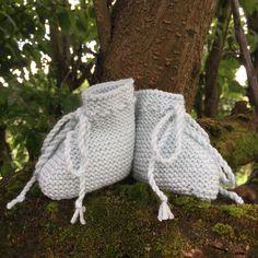 Botitas de 0-3 meses a tricot Labor, Garden Sculpture, Outdoor Decor, Crochet Dolls, Garter Stitch, Soft Colors, Patterns, Wool Hats, Knit Jumpers