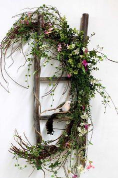 Frühling Deko mit frischen Zweigen und kleinen dekorativen Vögeln