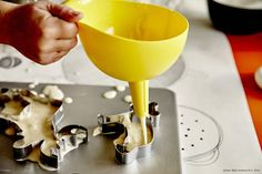 A small child uses an IKEA CHOSIGT funnel to place cake batter inside cookie cutter forms on a baking tray. Furniture Making, Home Furniture, Kitchen Aid Mixer, Kitchen Appliances, Drippy Cakes, Baking With Kids, Swedish House, Cake Batter, Quality Furniture