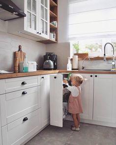 Galley Kitchen Design, Kitchen Cabinet Design, Interior Design Kitchen, Home Decor Kitchen, Country Kitchen, Home Kitchens, Small Apartment Interior, Flat Interior, Bedroom Decor For Couples Small