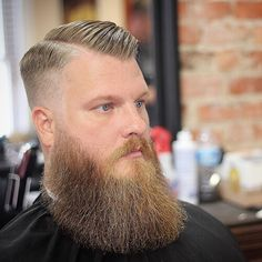 Widow's peak hairstyles can come in many different shapes and styles! Just click and see how Jude Law or Tom Hiddleston and many other men made them work! Mens Hairstyles Widows Peak, Mens Hairstyles Side Part, Mens Hairstyles Round Face, Casual Hairstyles, Messy Hairstyles, Barba Grande, High And Tight Haircut, Military Hair, Tapered Hair