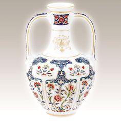 El Yapımı Vazo No. 3 Kütahya Porselen Ürün Kodu : TS24SR01415 El Yapımı Vazo klasik Osmanlı motifleri ve sırüstü tekniği ile saf altınyaldız kullanılarak özel olarak üretilmiştir.