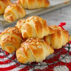 Stora, saftiga gifflar med en läcker mandelfyllning. Swedish Recipes, Sweet Recipes, Baking Recipes, Dessert Recipes, Desserts, Fika, Bread Baking, Hot Dog Buns, Bakery