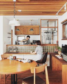 ダイニングルームの進化が止まらない!テーブルを変幻自在に操るテクニック | folk Kitchen Flooring, House Interior, Small Space Kitchen, Home Kitchens, Kitchen Bar, Kitchen Design, Muji Home, Home Decor, Kitchen Interior