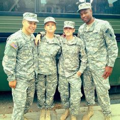 A atriz Tara Holt, que interpreta a soldado Mary Winters em Camp X-Ray, postou em seu instagram a foto abaixo, onde ela aparece ao lado dos garotões do elenco de Camp X-Ray e da nossa Kiki. Que careta é essa, Kristen?