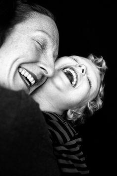 Rires en famille ! Venez découvrir d'autres moments de complicité en famille sur nosdelicieuxmoments.fr !