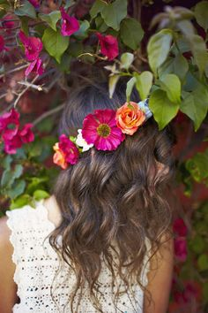 love love this beautiful floral hair band on one of our brides for a rustic wedding in italy #weddingitaly #rusticwedding #sugokuiievents