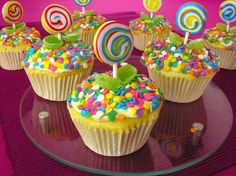 cupcakes amor y amistad - Buscar con Google Candy Land Cupcakes, Kids Birthday Cupcakes, Carnival Cupcakes, Candy Theme Birthday Party, Lollipop Birthday, Candy Birthday Cakes, Confetti Cupcakes, Candy Land Theme, Kid Cupcakes