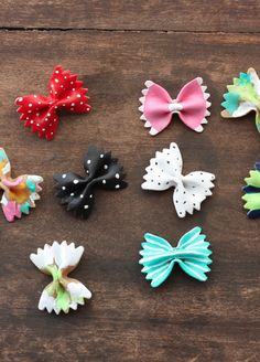 Create these awesome DIY bow tie hair accessories that your girl will love. Bow Tie Hair, Hair Bows, Bow Ties, Diy And Crafts, Crafts For Kids, Arts And Crafts, Pasta Kunst, Pasta Crafts, Pasta Art