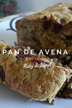 Pan de avena, plátano y yogurt, ingredientes comunes de un desayuno en un panecito. Libre de grasas añadidas.
