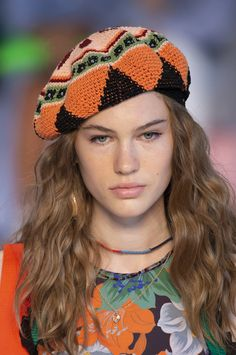 Etro at Milan Fashion Week Spring 2019 - Details Runway Photos Crochet Beret, Knitted Hats, Fedora Hat Women, Leotard Fashion, Knit Fashion, Fashion Top, Cheap Fashion, Womens Fashion Online, Fashion Women