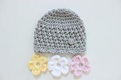 Dieser Hut ist schön texturierte Mütze und drei austauschbaren Blumen. Die Blumen passen um die braun/weiß-Schaltfläche an den Hut befestigt. Es ist perfekt für die Anpassung für jedes Fell/Outfit! Dieser Hut wird auf Bestellung, angepasst auf Ihre Farbauswahl und Größe hergestellt. Wählen Sie die Hauptfarbe des Hutes und drei Farben für die Blumen, es werden Hand gehäkelt in der Größe, die Sie anfordern. Wenn Sie nicht sehen, was Sie suchen (Größe/Farbe/etc.) und eine in...