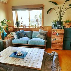 I really like that wooden table thing in the corner Living Room Storage, Home Living Room, Apartment Living, Living Spaces, Room Interior, Home Interior Design, Interior Architecture, Small Room Decor, Simple House