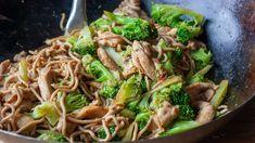 Gewokte noedels met kip en broccoli Asian Recipes, Ethnic Recipes, Asian Foods, Good Food, Yummy Food, Bon Appetit, Food And Drink, Soup, Pasta