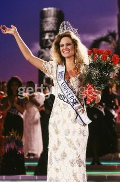 Angela Visser is crowned Miss Universe during the 1989 Cancun, Mexico, Miss Universe Pageant. Miss USA, Gretchen Polhemus was second runner-up and now works as a TV anchor for ESPN. Miss Independent, Beyond Beauty, Beauty Contest, Miss Usa, Miss World, Beauty Pageant, Beauty Queens, Vintage Beauty, Pageants