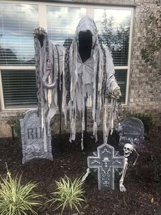 17 Halloween Decorations For Outside. Are you a halloween lover that goes all out every year. If you are we ve got the outdoor halloween decorations you need to make your home a place nobody will dare to tread that is until they re desperate for hallowe Entrada Halloween, Halloween Outside, Soirée Halloween, Adornos Halloween, Halloween Disfraces, Halloween Themes, Halloween Yard Ideas, Diy Halloween Graveyard, Halloween Coffin