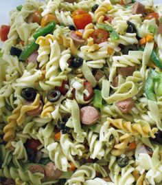 Vi proponiamo una insalata di pasta saporita dal gusto deciso, molto mediterraneo, e decisamente originale. È la ricetta giusta se amate le insalate di pasta, ma siete stufi di farla con sottoli e sottoaceti.