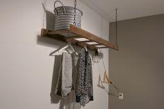 Ladder met ketting vastgemaakt aan de muur. Te gebruiken als kapstok in gang of slaapkamer.